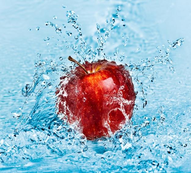赤いリンゴに新鮮な水のしぶき