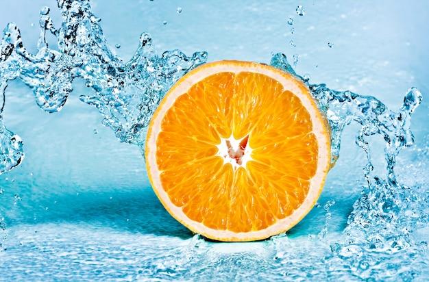 オレンジの新鮮な水のしぶき