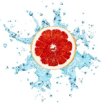 Всплеск пресной воды на красный грейпфрут