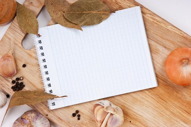 まな板の上の料理レシピのノート