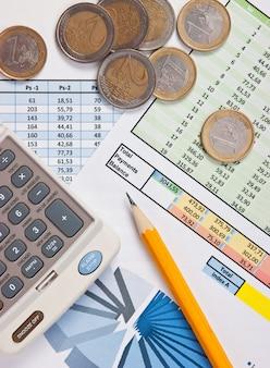 Монета и рабочий документ с диаграммой