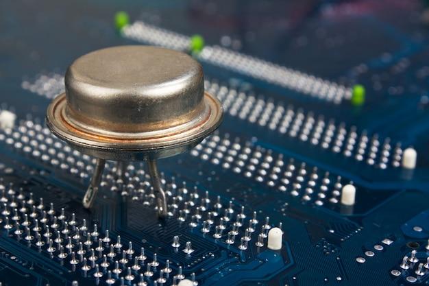 電子基板上の古いシリコンチップ