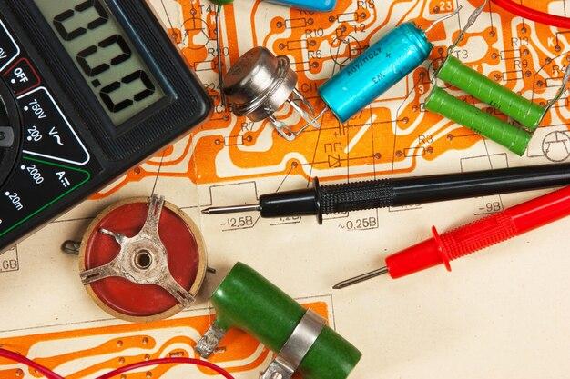 回路上のマルチメータと電子部品