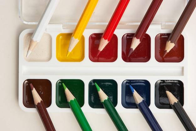 色鉛筆と水彩絵の具