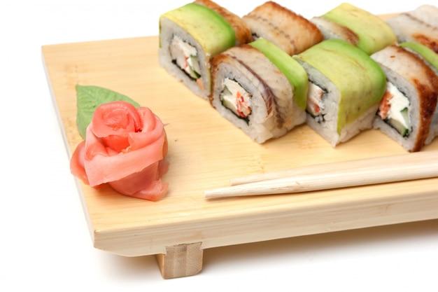 Традиционные азиатские блюда суши на деревянной тарелке изолированы