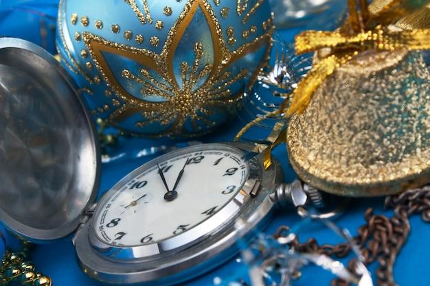 Новогоднее украшение и карманные часы на рождественской сцене