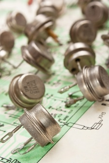 Старые электронные компоненты лежат на электрической схеме