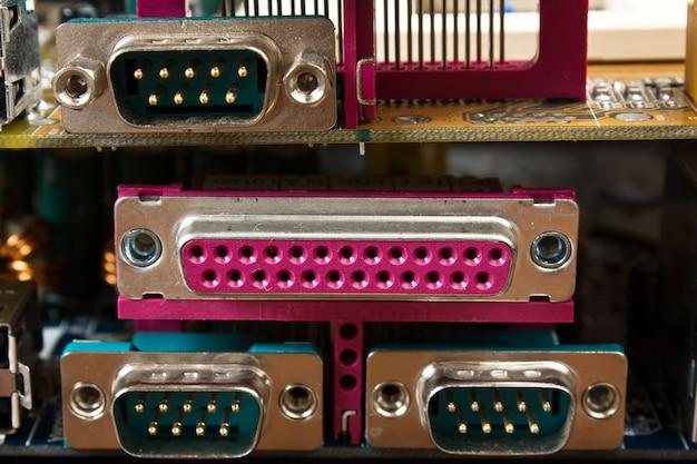 電子ボード上のコンピューターコネクタ