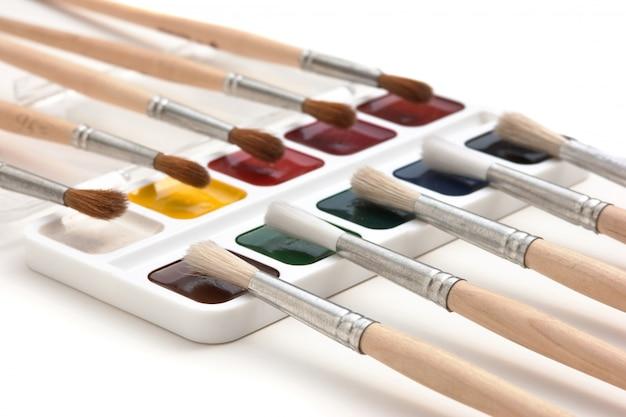 Акварельные краски и кисти изолированные