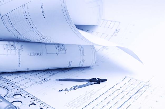 Архитектурный чертеж с линейкой и компасом