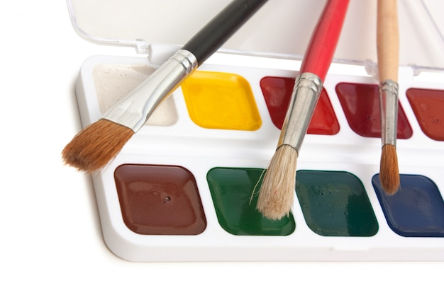 水彩絵の具と分離されたブラシ