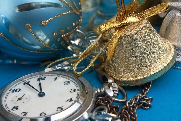 Новогоднее украшение и карманные часы