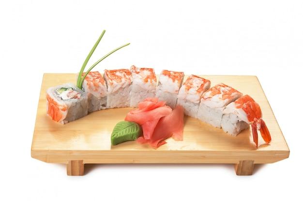 分離された木製のプレートにアジア料理寿司