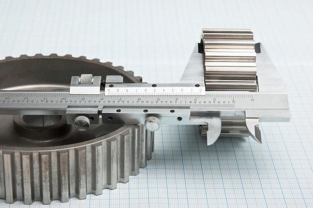 Шестерни и суппорт на миллиметровой бумаге
