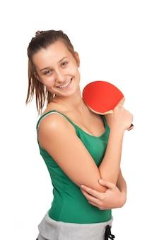 Молодая девушка играет в пинг-понг на белом