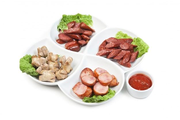 Нарезанные колбаски, обжаренные с овощами и специями
