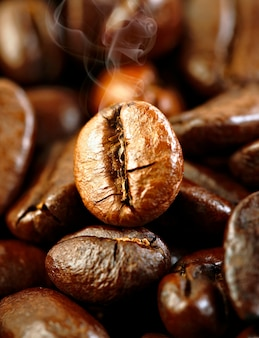 Жареные ароматные кофейные зерна ...