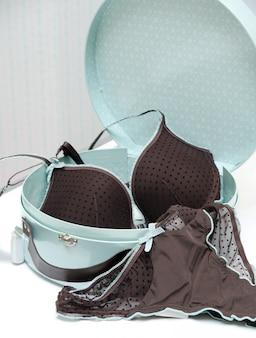 Коричневое соблазнительное белье в синей подарочной коробке