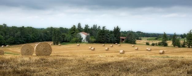 イタリアの古い典型的なトスカーナの農家