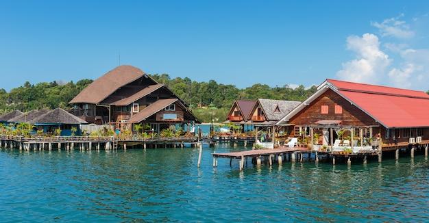 タイのチャン島バンバオの漁村の高床式の家