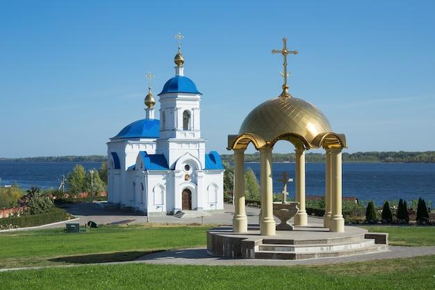 ロシア、ヴィンノフカの村にあるカザン修道院の神聖な男