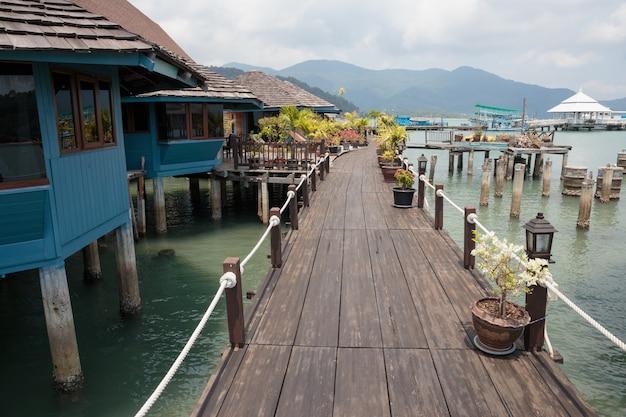 Дома на сваях в рыбацкой деревне банг бао, таиланд