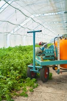 温室の大きな農薬噴霧器クローズアップビュー