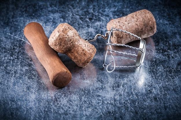 Коллекция шампанского пробки витой проволоки штопор на металлическом фоне