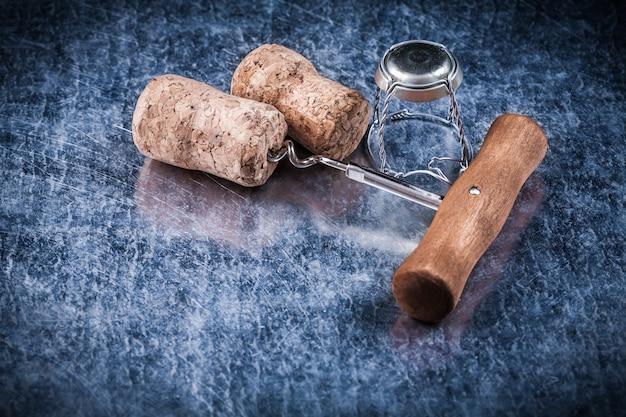 Пробки для шампанского из металлической витой проволоки на металлической подложке