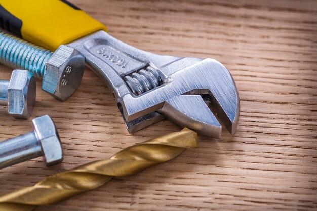 木の板の構成ねじ調節可能なレンチドリルとボルト