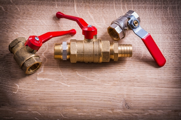 木の板の真鍮パイプコネクタの配管ツール構成