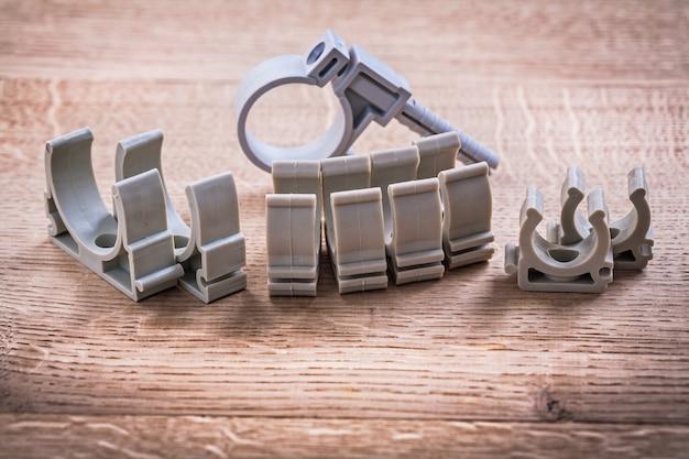 木の板にプラスチック製のパイプ固定具のセット