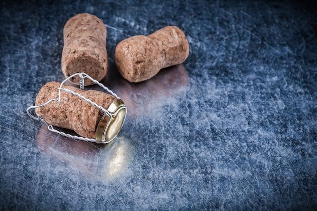 Набор шампанских пробок витой проволоки на металлическом фоне