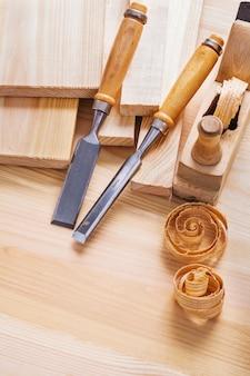 建具ノミと木工の飛行機は木の板に手すりを