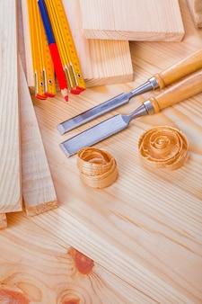 建具組成ノミボード上の木製メーター鉛筆