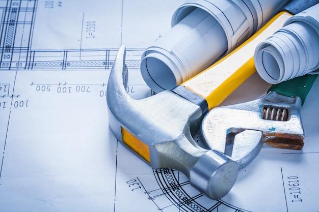調整可能なスパナを重ねた設計図とクローハンマー構造のコンセプト
