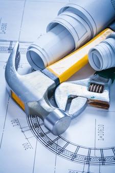 調整可能なスパナが設計図とクローハンマーのメンテナンスコンセプトを重ね