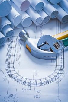 クローハンマー調節可能なキーと設計図のコレクションロール建設コンセプト