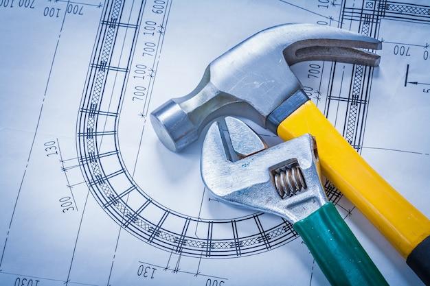 建物と建築の青写真の概念にクローハンマー調節可能なキー