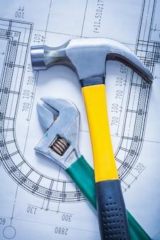 建設図面の建物と建築のコンセプトにクローハンマー調節可能なスパナ