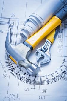 設計図の調整可能なスパナの建物とアーキテクチャのコンセプトのクローハンマーロール
