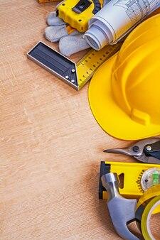 コンセプトを修復する建設オブジェクトのコレクションを持つオークンの木の板