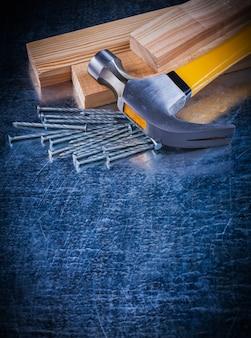 Копирование космического изображения строительных гвоздей молотком и деревянными кирпичами