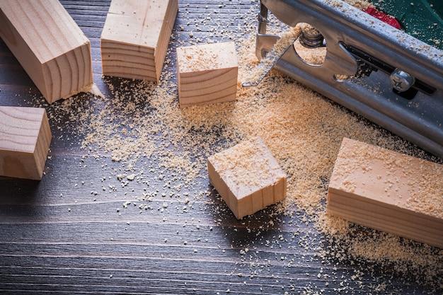 Электрические лобзики опилок и деревянные доски на старинной деревянной доске концепции строительства