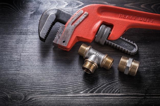 木の板の建設コンセプトにモンキーレンチ配管継手