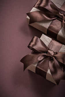 Коробки подарка на день рождения на коричневой предпосылке праздников концепции
