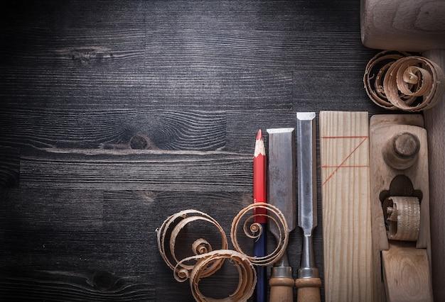 Состав зубила строгальный станок деревянная стружка планка молоток карандаш