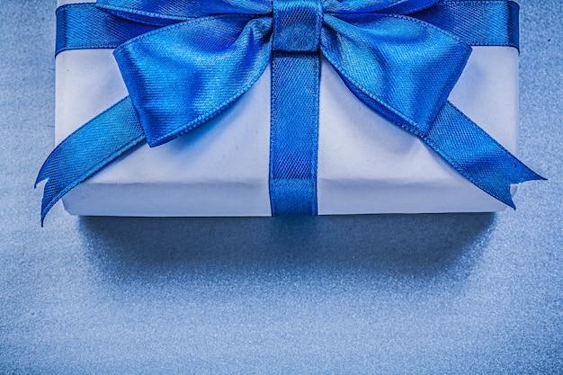 青い色の結ばれたリボン付きギフトボックス