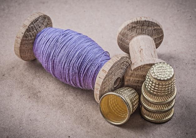 ミシンのリールは、ビンテージテーブル縫製コンセプトに指ぬき