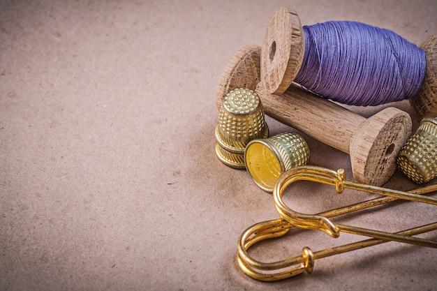 ミシン糸のスプールはヴィンテージのテーブルにクラスプピンを指ぬき